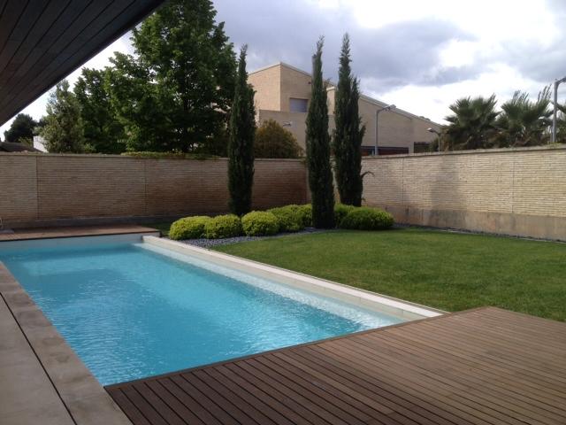 Dise o de jardines soler y romero jardiner a zaragoza - Decoracion de piscinas y jardines ...